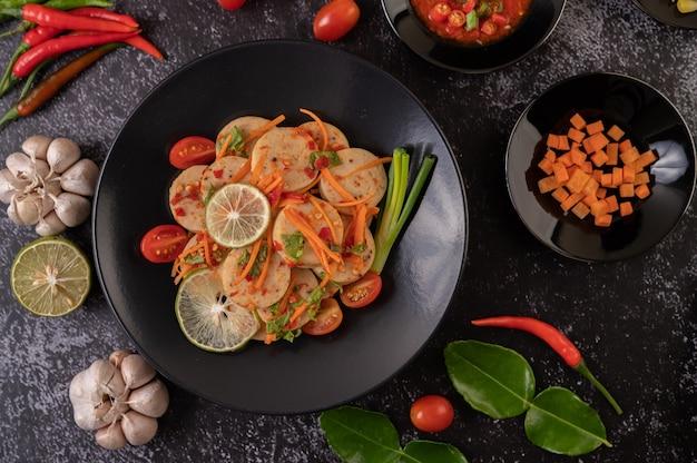 Insalata vietnamita salsiccia di maiale con peperoncino, limone, aglio, pomodoro