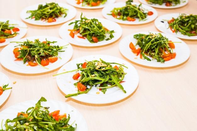 루꼴라와 비트 음식 샐러드