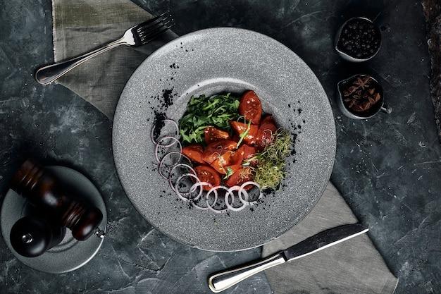 Arugula와 신선한 절인 토마토와 양파 샐러드 아름다운 서빙, 전통 이탈리아 요리,