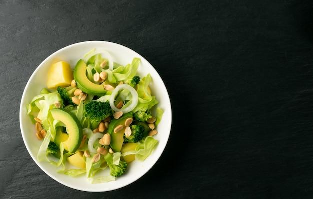 Салат с авокадо и арахисом с копией пространства