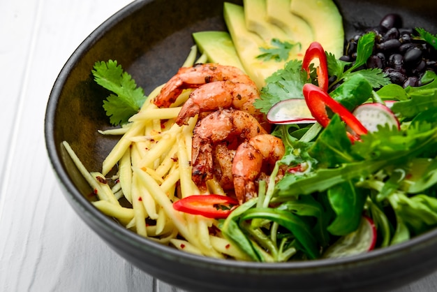 ボウルにアボカドとエビのサラダ、上面図。健康食品