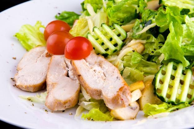 구운 닭 가슴살 샐러드: 치킨 필레, 버섯 샴피뇽, 오이, 모짜렐라 치즈, 양상추 잎, 방울 토마토. 매크로를 닫습니다