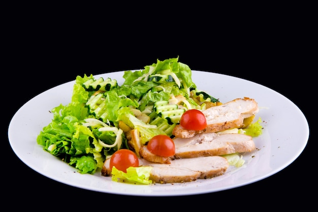 구운 닭 가슴살 샐러드: 치킨 필레, 버섯 샴피뇽, 오이, 모짜렐라 치즈, 양상추 잎, 방울 토마토.