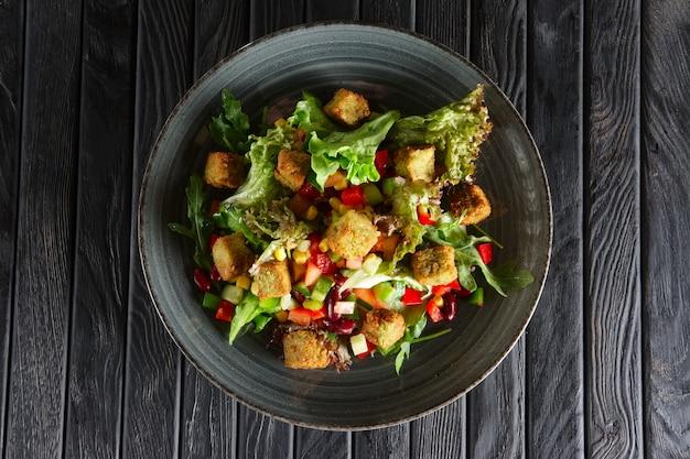 豆、ファラフェル、野菜のサラダ