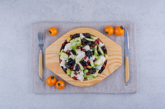 黒サルタナとザクロの種のサラダ