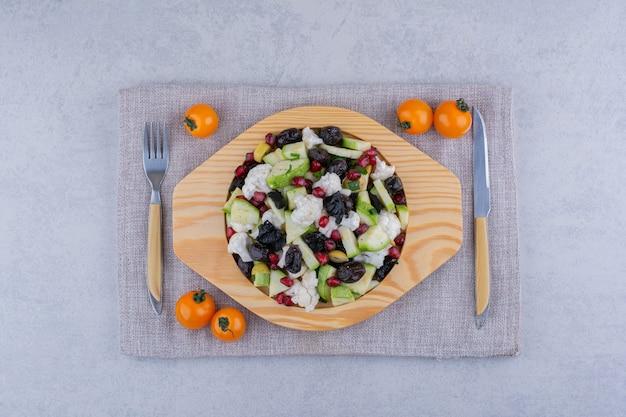 Insalata con uva sultanina e semi di melograno