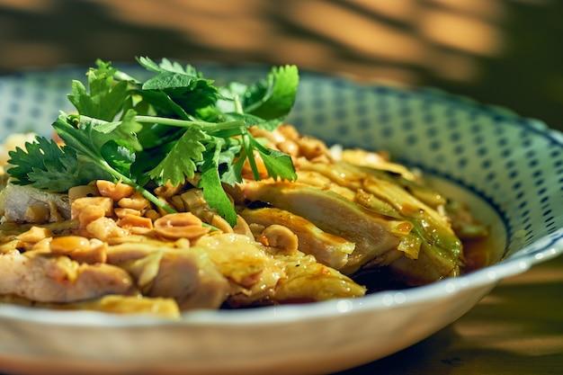 鶏肉の煮物、コリアンダー、ピーナッツの醤油漬けサラダ。中華料理。