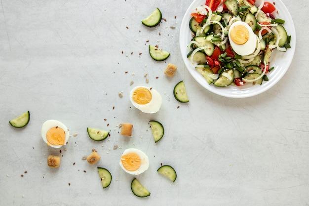 테이블에 삶은 계란 샐러드