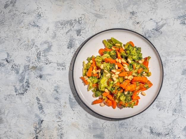 芽キャベツとにんじんのサラダ、軽い朝食、適切な栄養