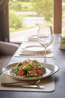 큰 창 앞에서 부라 타, 파르마, 체리 토마토 콩피 샐러드