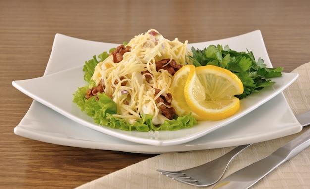레몬을 곁들인 양상추 잎에 치즈와 사과, 호두, 요구르트를 곁들인 샐러드