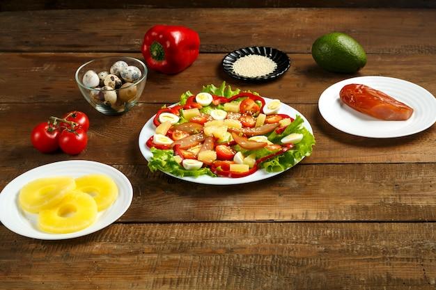 ミニトマト、スモークチキン、パイナップル、ゴマのサラダ