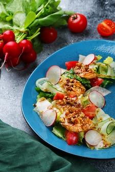 チキンとナッツのサラダ。鶏もも肉、大根のフレッシュサラダ。