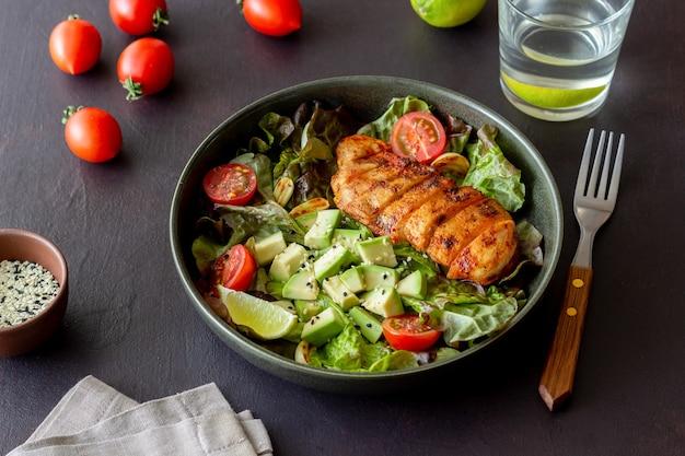 チキン、アボカド、トマトのサラダ。健康的な食事。ベジタリアンフード。