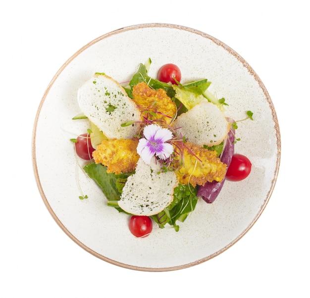 흰 접시에 닭고기와 샐러드