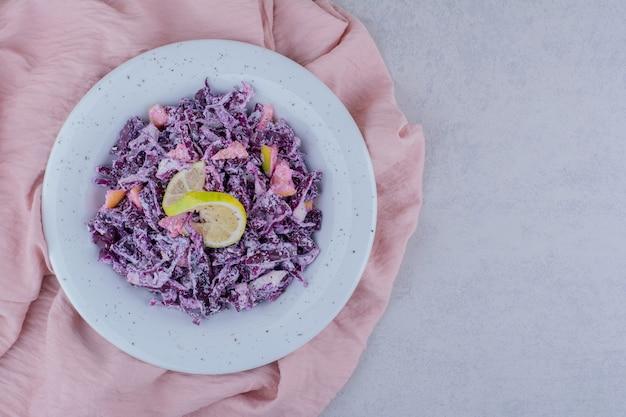 みじん切りにした紫玉ねぎとキャベツのサラダ