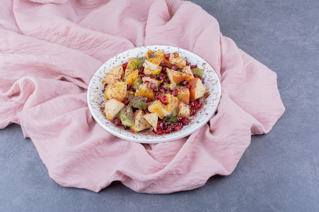 다진 과일과 향신료를 곁들인 샐러드