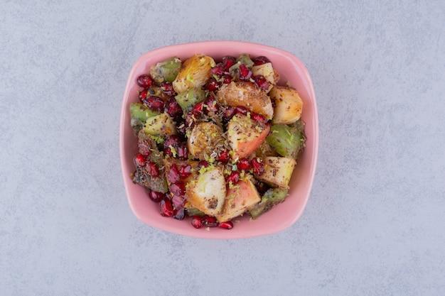 다진 과일, 허브 및 향신료를 곁들인 샐러드