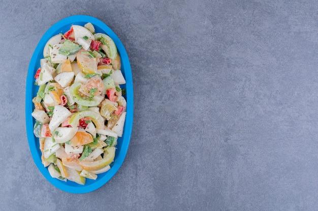 콘크리트 표면에 다진 허브와 야채를 곁들인 샐러드