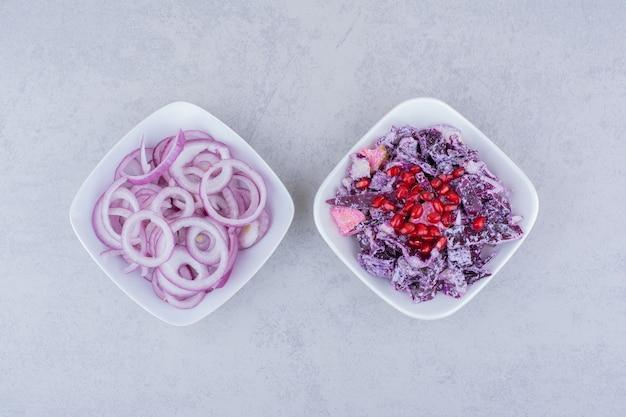 Салат с мелко нарезанной пурпурной капустой и луком