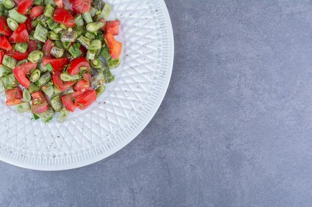 Insalata con polpa di pomodoro e fagiolini