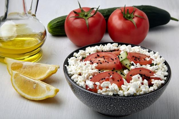 トマトのみじん切りとキュウリのカッテージチーズと黒クミンの種のサラダ