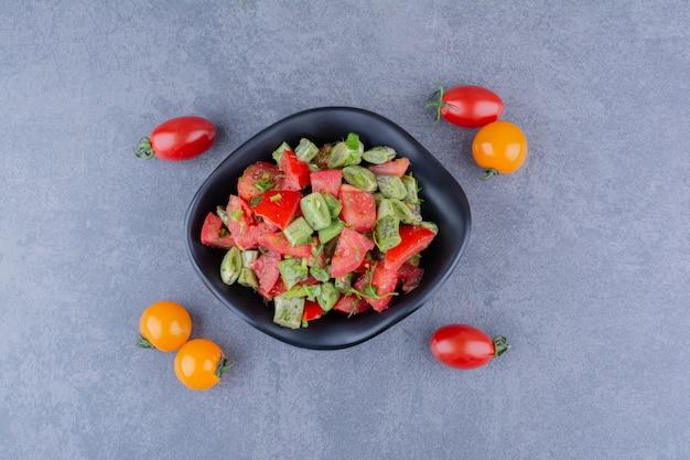Салат с нарезанными помидорами и стручковой фасолью