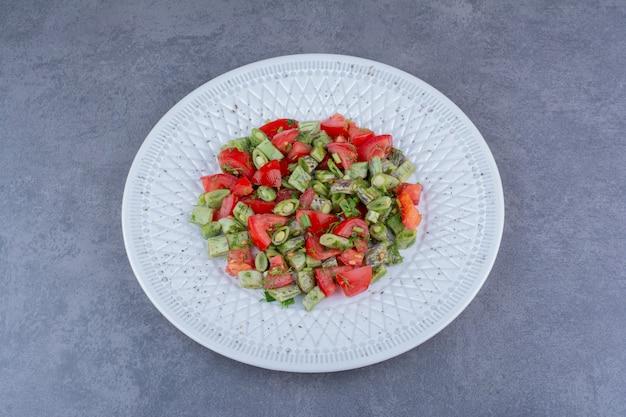 다진 토마토, 녹두, 허브를 곁들인 샐러드