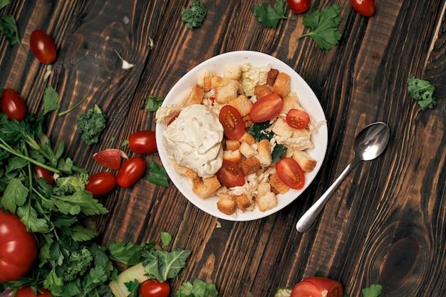 Салат с сухариками на кухонном столе фото с copyspace