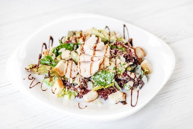 Салат с огурцом и курицей и листьями салата