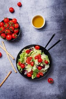 Салат с огурцом, помидором, зеленым салатом и цикорием
