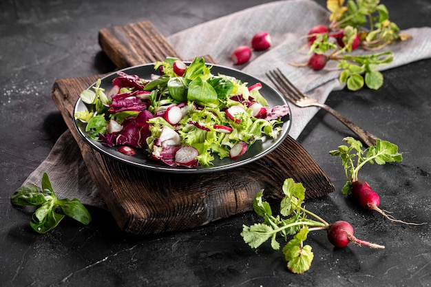 Салат с разными ингредиентами на темной тарелке