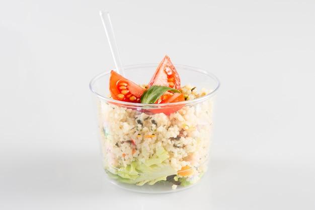 흰색 절연 플라스틱 용기에 드레싱 샐러드