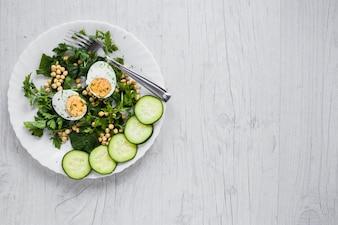白い背景に卵とサラダ