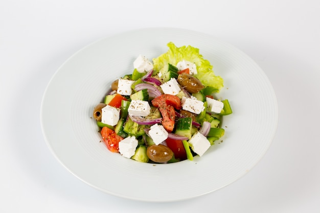 Insalata con olive al formaggio feta e verdure fresche