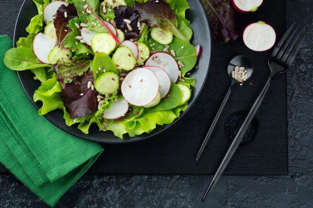 Салат со свежим редисом и кунжутом