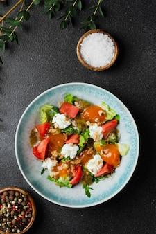 신선한 야채와 복숭아 근접 촬영 샐러드입니다. 복숭아와 부라타 치즈를 곁들인 신선한 여름 샐러드.