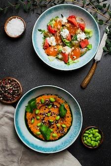 신선한 야채와 스트라치아텔라를 곁들인 샐러드와 신선한 녹색 완두콩 샐러드를 곁들인 샐러드