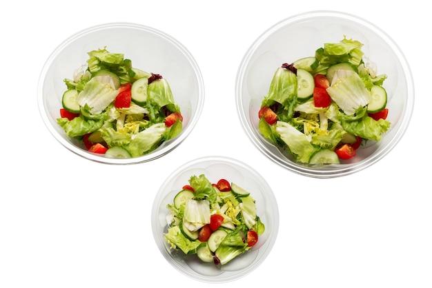 Салат из свежих овощей, изолированные на белом фоне. вид сверху.