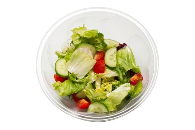 白い表面に新鮮な野菜を分離したサラダ。上面図。 Premium写真