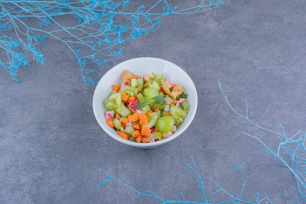 Insalata di verdure verdi e pomodorini in vasetti di ceramica