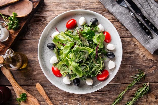 緑のモッツァレラオリーブとトマトのサラダ