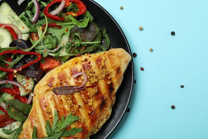 insalata con pollo alla griglia sull'azzurro