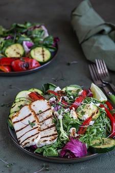 구운 할루 미, 구운 야채, 그린 믹스 샐러드를 곁들인 샐러드. 채식 음식 개념.