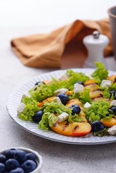 구운 복숭아 블루베리와 죽은 태아를 곁들인 샐러드