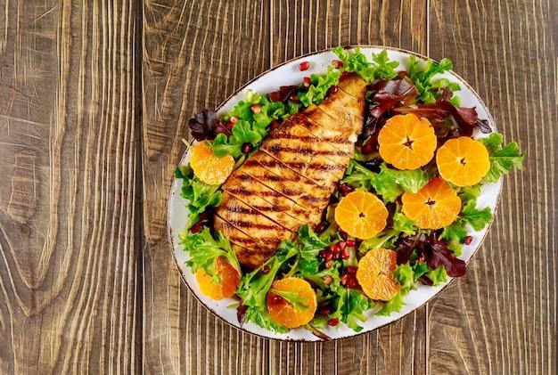 Салат с жареной индейкой и овощами на деревянном столе