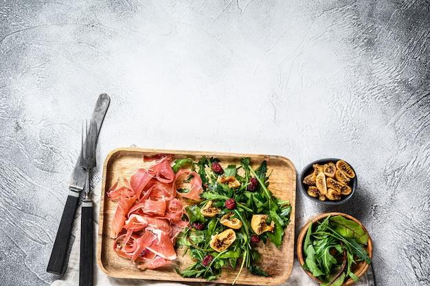 Салат с ветчиной, рукколой и инжиром