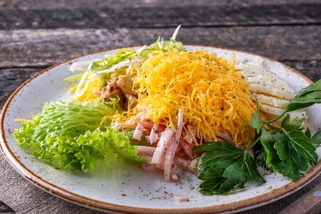 素朴なスタイルのプレートにハムのサラダ。