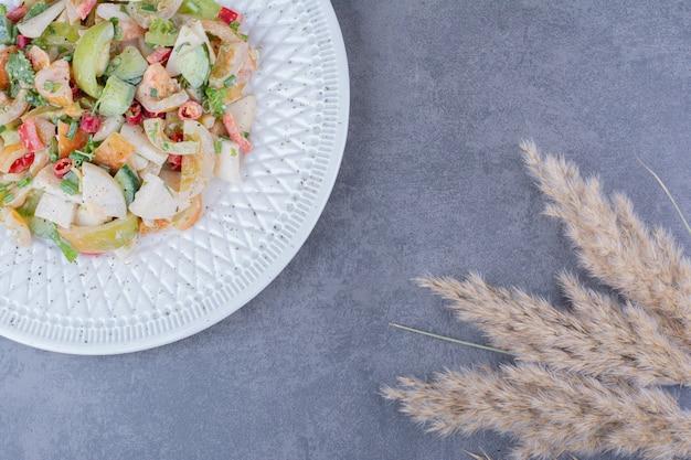 접시에 허브와 야채 샐러드