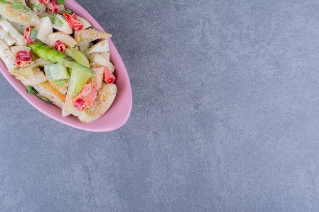 大皿にハーブと野菜のサラダ
